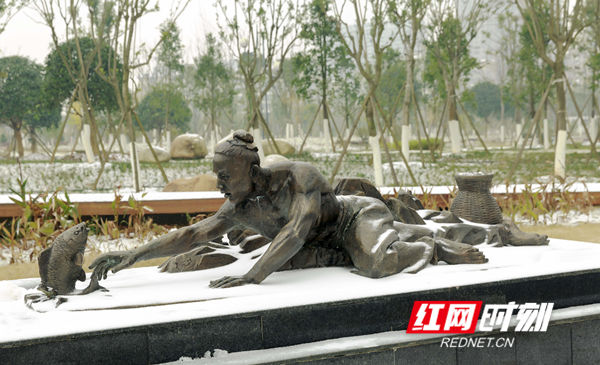 2018年12月30日,元旦假日,湖南省永州市东安县县城迎来今年的首场降雪。(唐明登)
