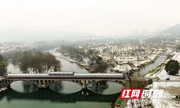 雪后的紫水河银装素裹像一幅素雅的山水画,白雪皑皑的聚德生态文化园,纯净优美犹如童话世界,吸引市民和摄影爱好者纷纷到户外拍摄雪景。(唐明登)