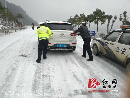 东安冬安:交警全员上岗除冰保畅暖民心