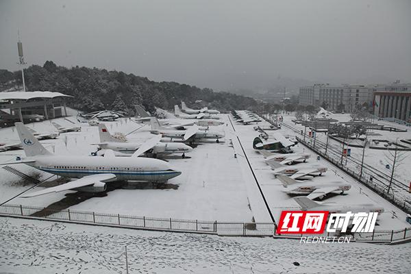 被大雪覆盖的飞机展示坪2-刘永忠-摄.jpg