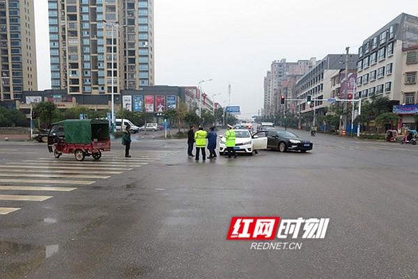 新田一司机驾车闯红灯酿车祸  被认定负全责