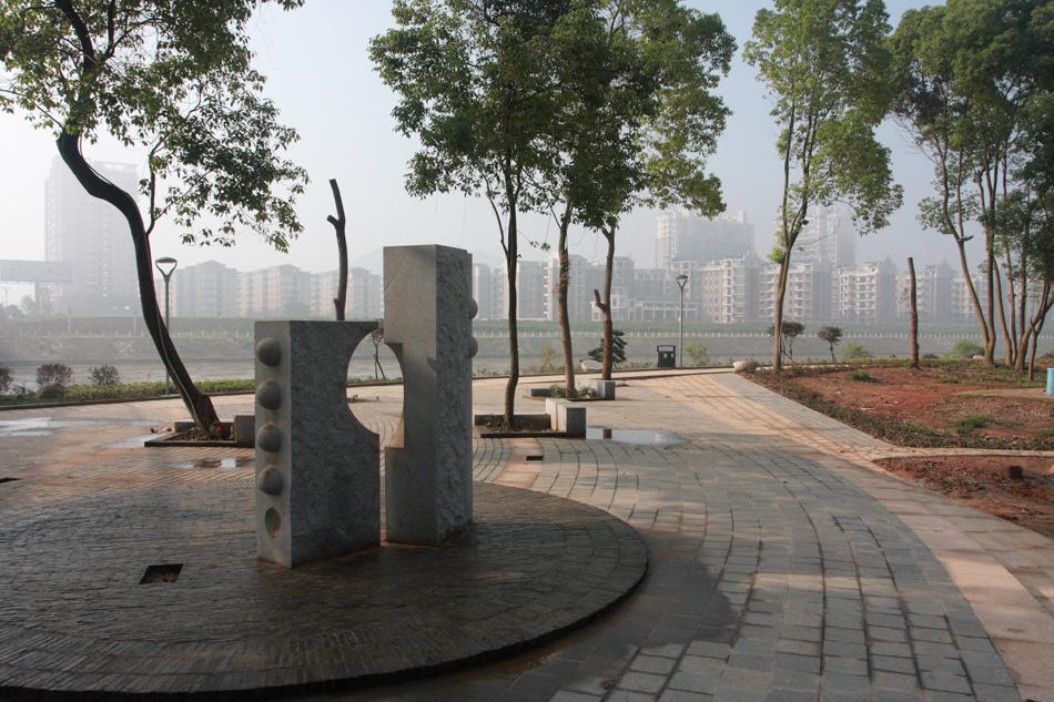 """坐落在涟河中央的曾国藩诗文岛,被誉为湘乡城区的""""绿心""""、""""绿肺"""",是由碧洲公园提质改造而成的外向型、开放型的市域都市综合性公园。她以自然风光为主体,突出""""文化、旅游""""主题,兼具""""休闲、健身""""功能。岛上建有健身广场;环岛游道、护坡、游艇码头、曾国藩诗文雕塑景观。这里音乐婉转,游人如织,95块曾国藩诗文碑刻遍布小岛,浓缩着湖湘文化精髓,凸显着以曾国藩为代表的湘军文化内涵,让游人在休闲漫步中不知不觉接受传统文化的熏陶和启迪。"""