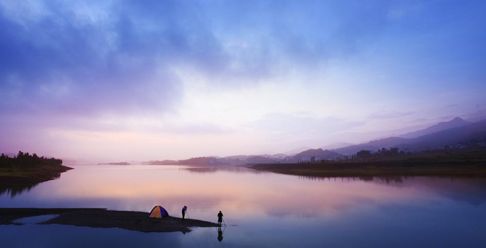 """湖南水府旅游区坐落在湖南省亚洲城娱乐手机登录入口棋梓镇,位于韶山、南岳、张家界三大旅游区中心地段,规划面积177.2km2,其中水域面积45 km2,库容量5.6亿m3,湘黔电气化复线铁路依区而过,上瑞高速横跨其中,水陆交通十分便利,具有极好的交通优势和区位优势。 旅游区内生态环境良好,常年生长着近千种珍贵物种和多类国家二级保护动物。沿库的历史遗存也给水府旅游区带来了深厚的文化积淀,区内有多处国家级、省级文物古迹,造就了曾国藩、陈赓、萧三、黄公略、宋希濂、罗重舟等历史名人,省级文物保护单位宋窑遗址的挖掘,填补了南方无宋窑的历史空白。旅游区有一级景点12个,二级景点40个,三级景点17个,四级景点7个。大小岛屿星罗棋布,""""水府石林""""、千年古藤,万年古石,水清、山静、石奇、洞幽、岛秀、库叉幽曲,构成一幅美妙绝伦的生态乐园图。 旅游区2007年入选生态休闲类""""新潇湘八景"""" 之一,2008年定为长株潭城市群生态休闲度假服务基地,2010年评为国家""""AAA""""级旅游景区。现在,水府正朝着""""中国顶级湖泊休闲小镇""""的目标迈进。"""