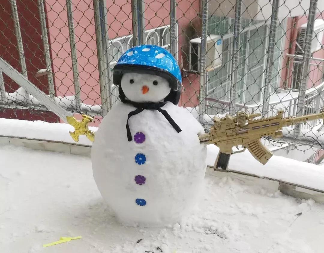 大雪过后,城市乡村,处处都是欢声笑语,到处都在堆雪人!