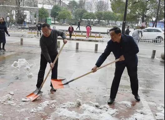 县委副书记杨廉喜在除冰扫积雪