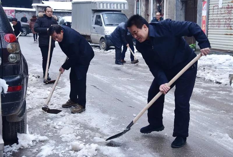 县政协主席谌贻平在除冰扫积雪