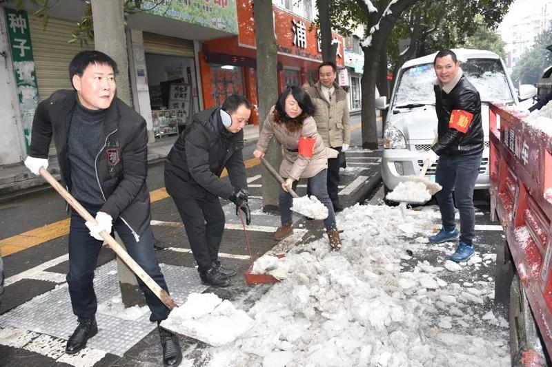 1月2日,新年上班第一天,从溆浦县城到乡镇,从社区到农村,到处都是党员干部忙碌的身影。城乡联动,万人除冰扫积雪,成为这个寒冬里一道独特的风景。