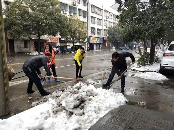 """当天,各乡镇也组织党员干部、退役军人、居民群众和志愿者们,在各自集镇街道、重要路段开展除冰扫积雪活动。看到被冰雪覆盖的集镇、道路焕然一新,群众喜笑颜开,纷纷点赞。低庄辖区内20多名参战老兵,自发参加该镇组织的""""除冰扫积雪""""活动,大家一起整整奋战了5小时,直到道路的积雪清理干净才回家休息。"""