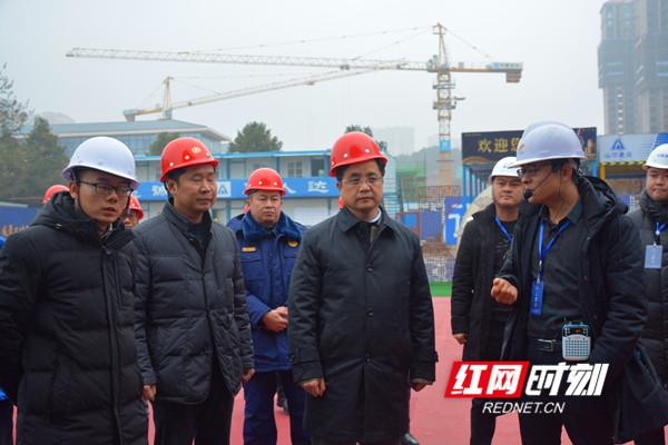 张贺文(左四)在碧桂园永州府检查_副本.jpg