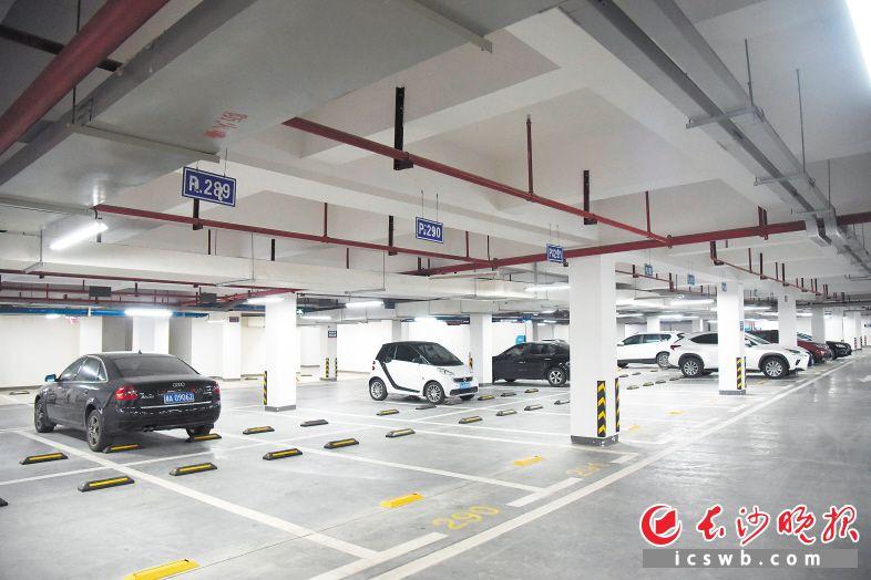 车位拥有者在自己不用车位时,把车位拿出来给他人使用,可以缓解小区停车难的问题。   长沙晚报全媒体记者 刘琦 摄