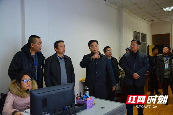 张贺文(左四)在零陵区湘运公司汽车站监控室检查_副本.jpg