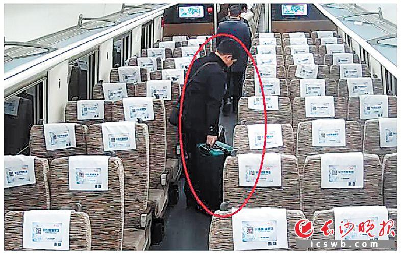 ↑高铁列车到达长沙火车南站后,嫌疑男子汪某将乘客庞女士的行李箱偷下了车。