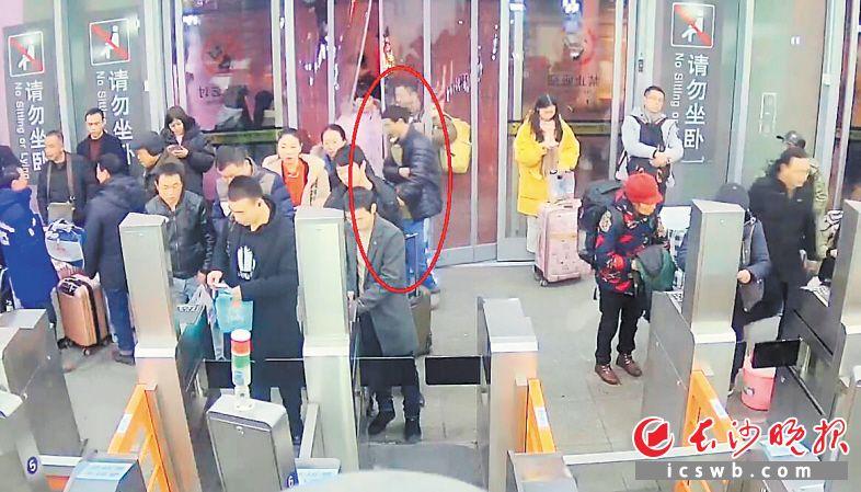 ←在长沙火车站进站口,王女士准备验票进站时,犯罪嫌疑人刘某盗取了她口袋中的手机。        均为警方供图