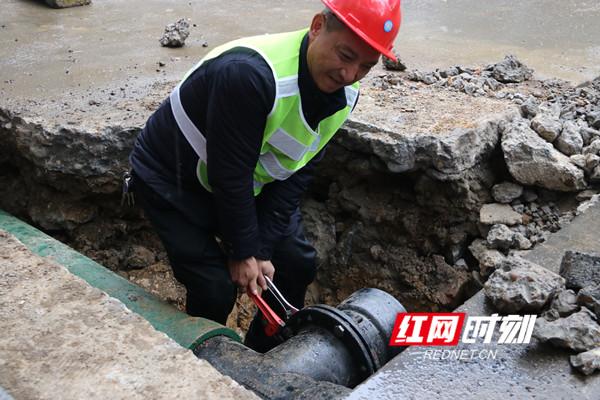 唐海元在进行供水管网抢修。.jpg
