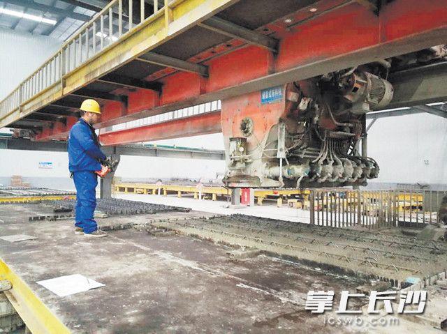 中建科技的PC构件生产车间里,墙体的水泥浇筑已实现自动化生产。 长沙晚报全媒体记者 小刘军 摄