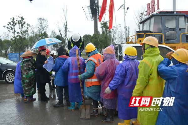 中建五局三公司领导为施工人员送上温暖姜茶和手套等防寒物品。.jpg