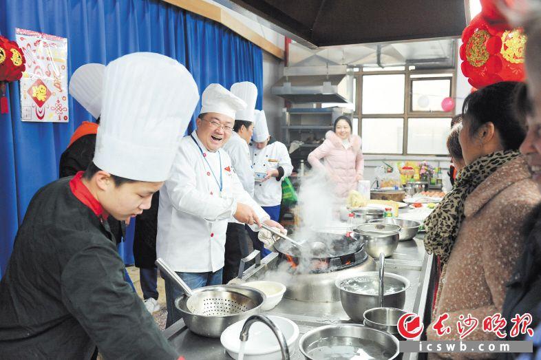 在雨花区同升街道举行的学雷锋志愿活动现场,中国烹饪大师、中国湘菜大师现场教居民们制作团年饭。                                                                           长沙晚报全媒体记者  小刘军 摄
