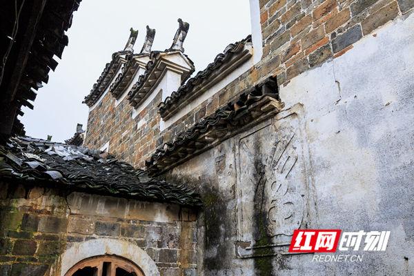 """斑驳的老墙,破损的砖瓦,空缺的窗户,模糊的""""福""""字照壁,尽显老屋的历史沧桑感。"""