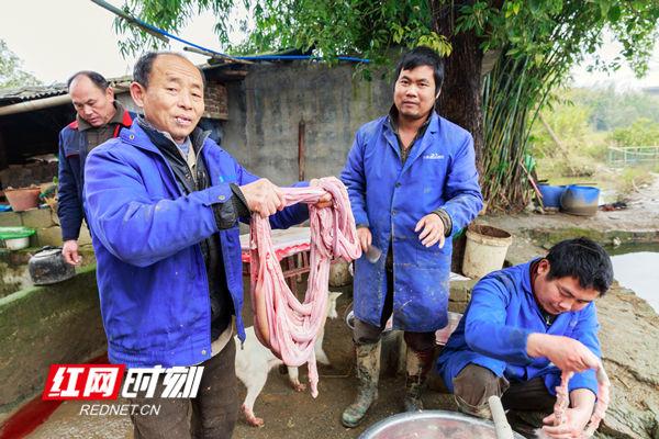 翻猪小肠,这是最后一道难处理的技术活。