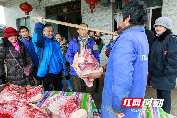 称一称,笑口开,分年猪、备年货、春节临近年味渐浓。