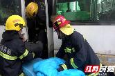 澧县一中巴车与货车相撞 消防破拆救出司机(视频)