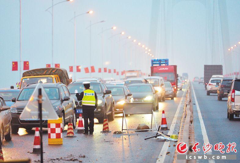 昨日下午,记者在三汊矶大桥看到,由于桥西路面施工的影响,桥上拥堵严重,通行压力大,建议过河的朋友绕道通行。                  长沙晚报全媒体记者 邹麟 摄