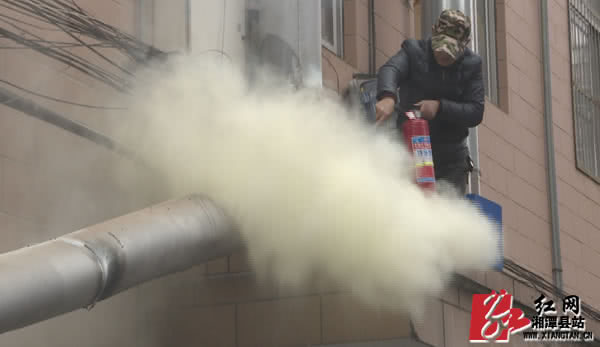 湘潭县:抽油烟机管道起火  装修工人挺身而出