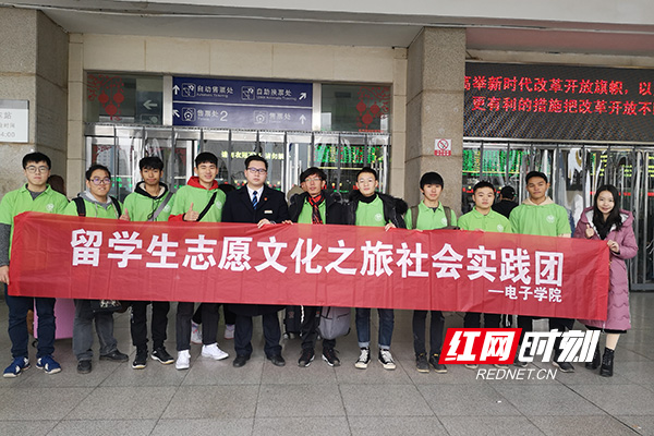 20190113长沙火车站-留学生志愿者温暖旅客回家路01.jpg