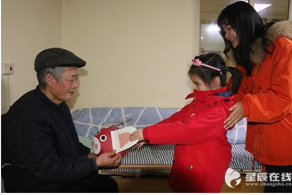 小猪灯笼送长辈 天心区白沙系列幼儿园慰问老人