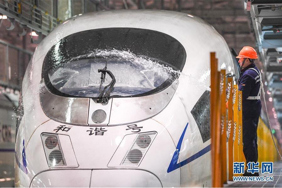 南京南动车所的工作人员在清洗动车组列车(1月19日摄)。