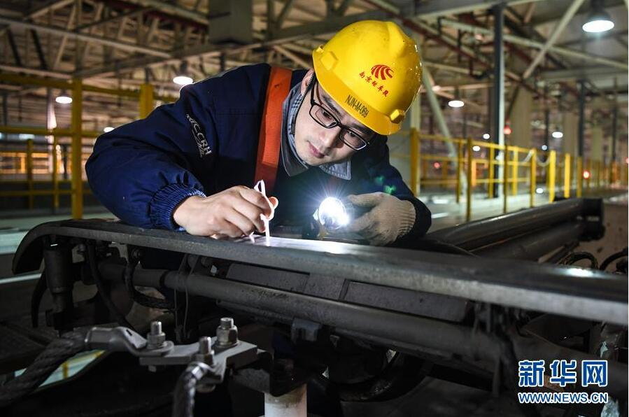 1月20日凌晨,南京南动车所的工作人员在检测列车受电弓碳滑条厚度。