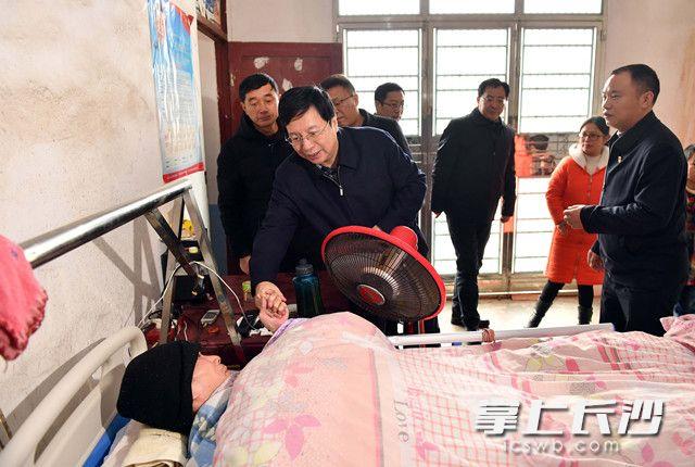 胡衡华赴宁乡走访慰问困难群众困难党员