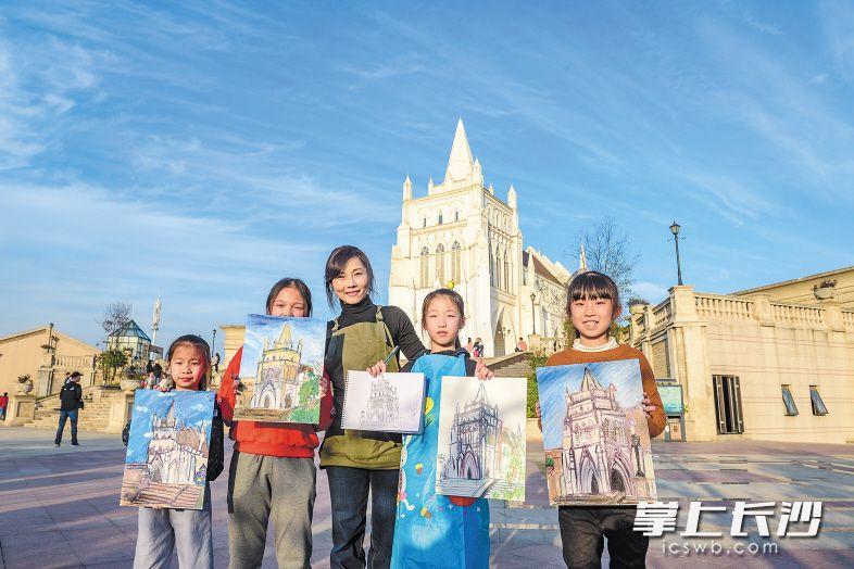 浏阳河婚庆文化园里,小朋友们写生记录美丽的长沙。长沙晚报全媒体记者 陈飞 摄