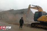 武陵区整治农村人居环境 拆违1200平米违法旧仓库