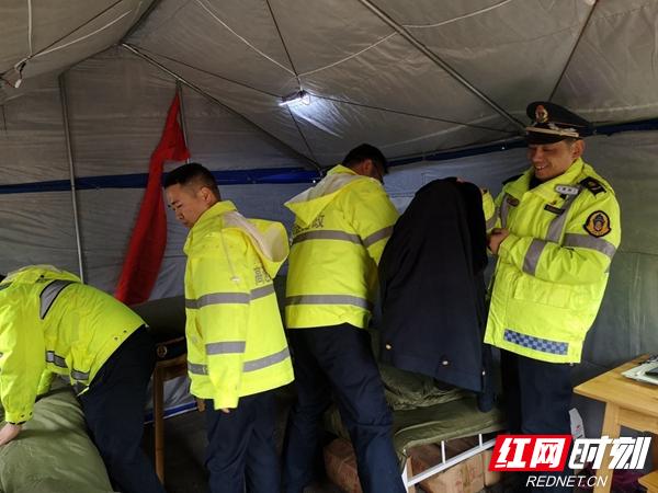 驻扎在炎陵西互通帐篷指挥所的炎陵路政大队大队长文越伟(右一)迎来了队友的换班。