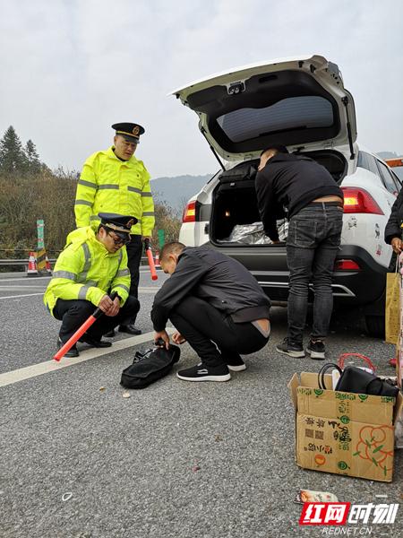 抵达事故地点后,彭金宇和队友苏启军做好了现场安全维护,并询问事故车辆情况。据司机反映,车子在行驶过程中动力突然失效,油门没有反应。彭金宇检查了事故车辆的油箱,并没发现异常。