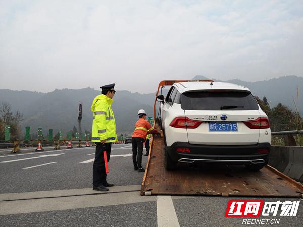事故车辆随后被迅速拖离事故现场,没有造成交通堵塞,彭金宇松了一口气。驻扎在疏导点的路政值守人员,除了完成日常的值守任务,还兼顾了清障救援的监督工作。