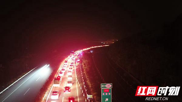 温馨甜蜜的时光很快被夜幕下的滚滚车辆淹没。监控部门发来的数据显示,1月29日,广东进入平汝高速的车流量已达28539台,一拨新的潮汐车流已经到达。
