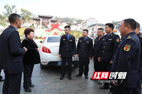 唐慧云(左二)一行看望慰问零陵区城管执法队员。.jpg