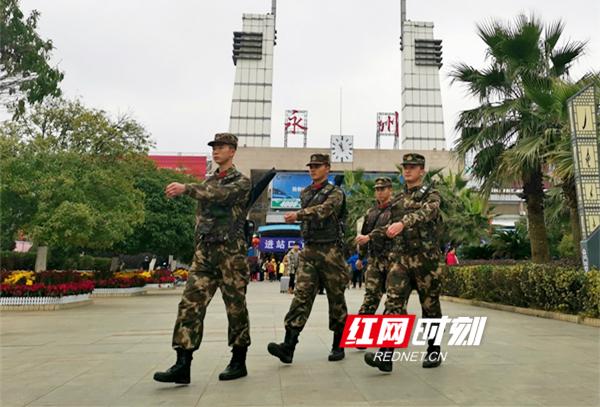 每天一大早,执勤官兵就已经走上执勤岗位,火车站进站口、火车站广场、换乘大厅、售票区、候车区,随处可见武警官兵的身影。