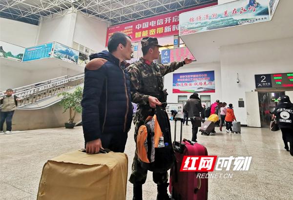 他们身着橄榄绿,时而笔直挺拔在自己的执勤岗位上,时而面带微笑热情主动的为旅客指引出行的方向。