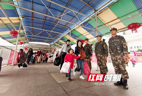 武警永州支队为平安春运树起一道安全屏障。