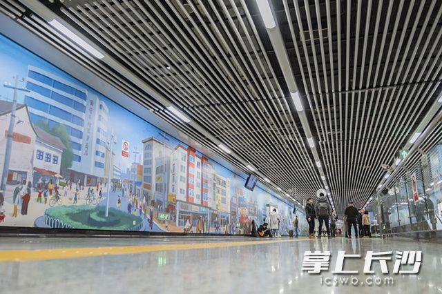 两幅77米长手绘画亮相2号线地铁站 尽展雨花改革变迁