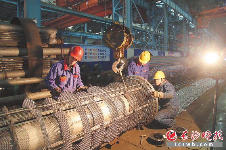 2月9日,是农历大年初五,安淳高新生产车间内一派火热的生产场景。       段欣妤 摄