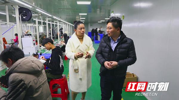 高新区工作人员(右)了解龙德晟公司投产情况_副本.jpg