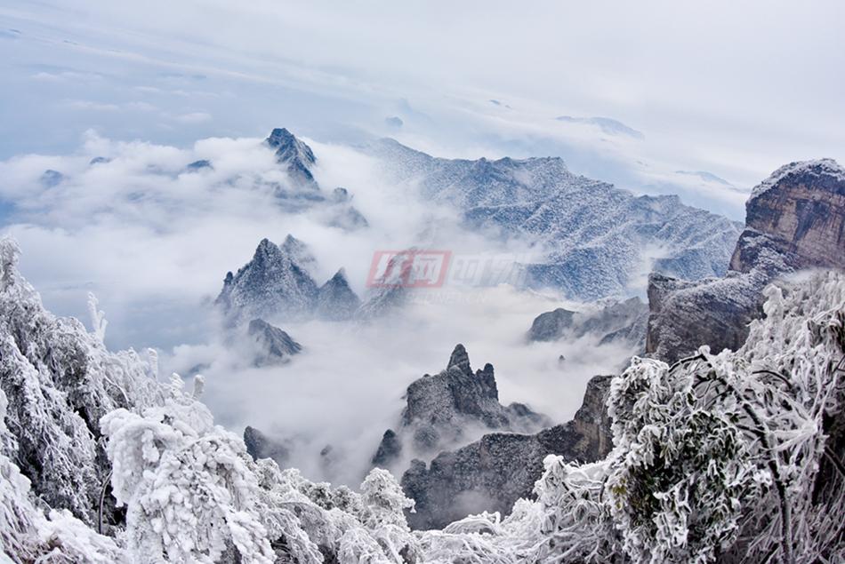 受冷空气影响,2月11日,湖南省张家界天门山国家森林公园迎来新春首场降雪,景区内瑞雪、雾凇、云海三种美景同时呈现,美不胜收,令中外游客流连忘返。(张潘/摄影)