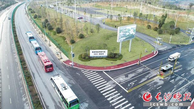 全国首条开放道路智慧公交示范线上,每隔400米就设一处5G网联设备。