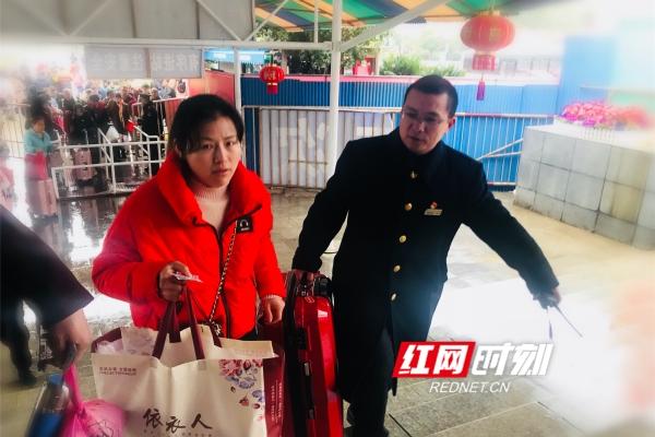 43岁的父亲陈春雷是永州站的一名共产党员,是春运验证组的组长,每天在春运的第一个关口热忱的为旅客服务。