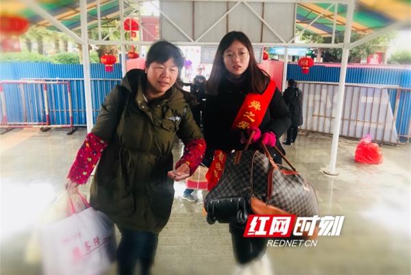 女儿陈璇玥,今年15岁,是祁阳师范二年级的学生,她利用寒假的休息时间,每天义务为旅客提供服务,无论天气多么寒冷,无论刮风还是下雨,她都始终坚持在春运一线,天气冷了,戴副手套,继续扶老携幼、帮助旅客。