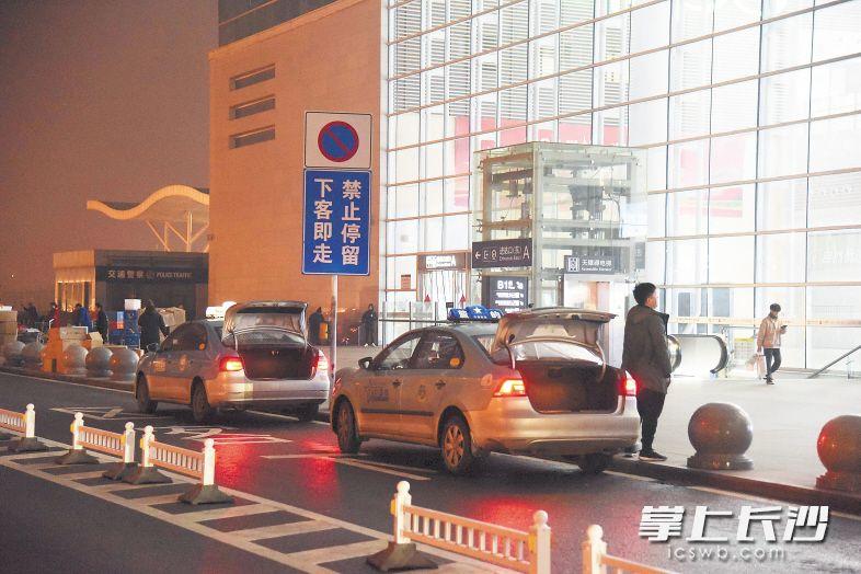 """记者暗访长沙火车南站:地下停车场成""""黑车大本营"""""""